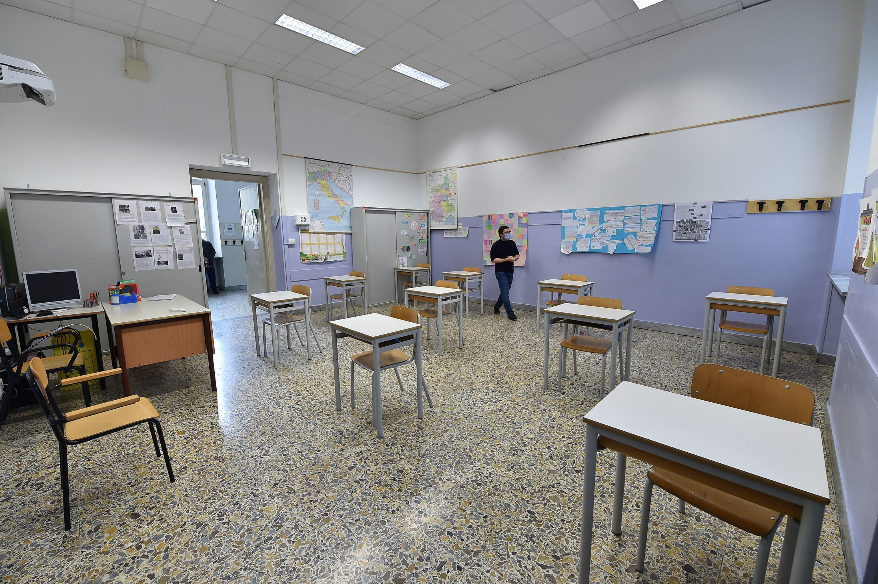 Scuola, bozza ordinanza: a settembre anche studenti universitari come maestri elementari
