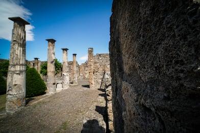 Pompei, turista sale sul tetto delle Terme per scattare una foto