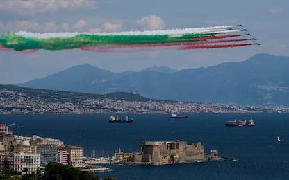 Le Frecce Tricolori sorvolano il cielo di Napoli. FOTO
