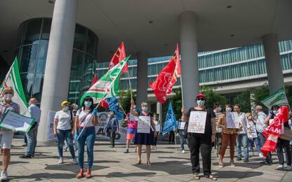 Milano, flashmob sindacati CGIL e CISL in Regione