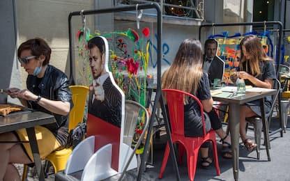 Fase 2 Milano, a pranzo tra le sagome di Maradona e DiCaprio. FOTO