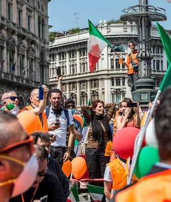 Milano. Movimento Gilet Arancioni in Piazza Duomo Manifestazione (Carlo Cozzoli/Fotogramma, Milano - 2020-05-30) p.s. la foto e' utilizzabile nel rispetto del contesto in cui e' stata scattata, e senza intento diffamatorio del decoro delle persone rappresentate