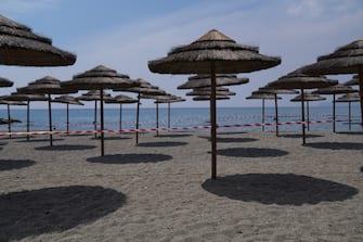 Costa Ligure - Emergenza Coronavirus fase 2, gli ombrelloni vengono montati in spiaggia con le misure di sicurezza (DUILIO PIAGGESI/Fotogramma, VARAZZE - 2020-06-01) p.s. la foto e' utilizzabile nel rispetto del contesto in cui e' stata scattata, e senza intento diffamatorio del decoro delle persone rappresentate
