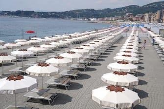 Emergenza Coronavirus fase 2, gli ombrelloni vengono montati in spiaggia con le misure di sicurezza (DUILIO PIAGGESI/Fotogramma, VARAZZE - 2020-06-01) p.s. la foto e' utilizzabile nel rispetto del contesto in cui e' stata scattata, e senza intento diffamatorio del decoro delle persone rappresentate