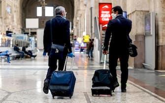 Viaggiatori in una stazione