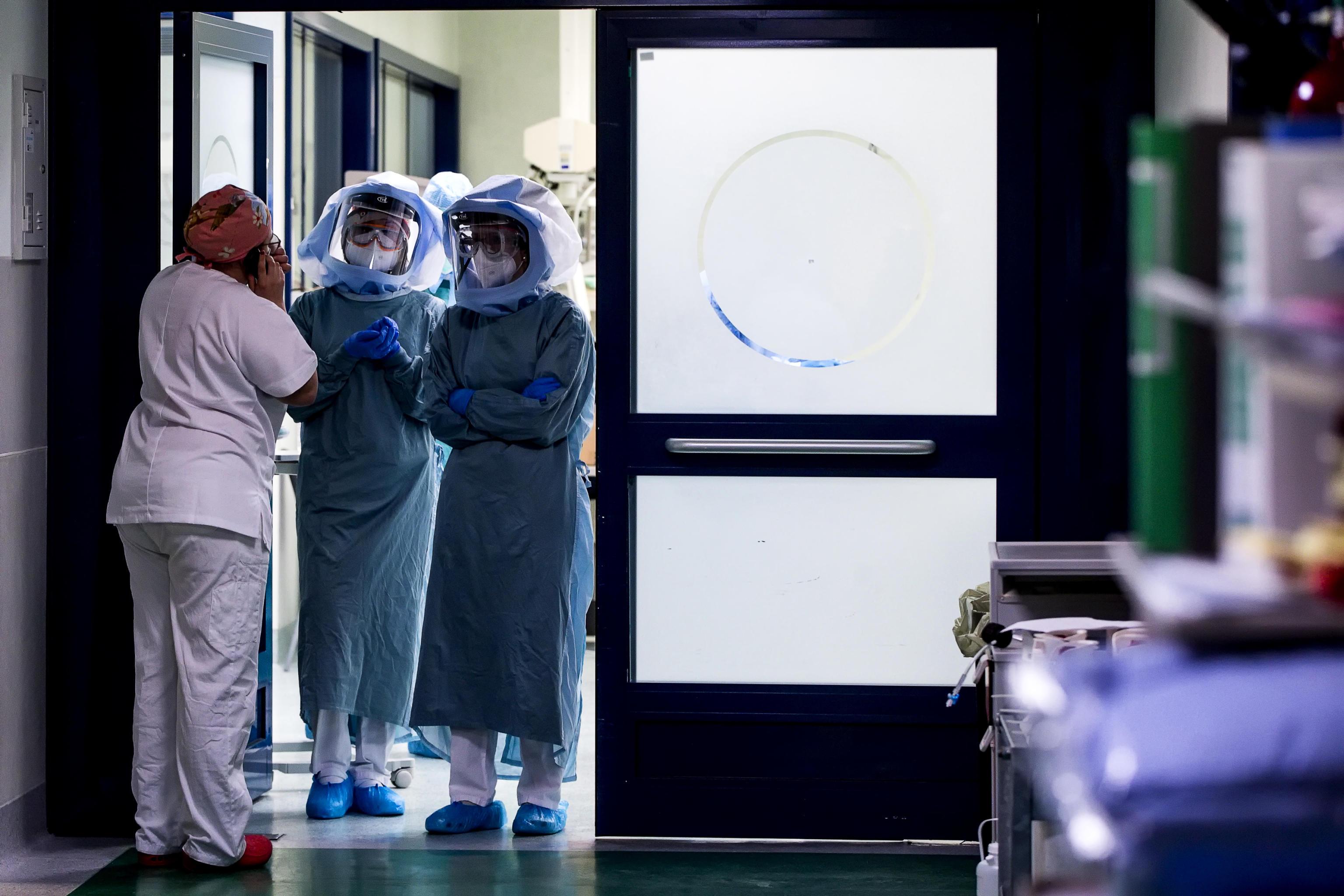 Medici ed infermieri nel reparto di terapia intensiva dellÕospedale Policlinico Tor Vergata, in video chiamata durante lÕemergenza per il Covid-19 Coronavirus, Roma, 11 aprile 2020. ANSA/ANGELO CARCONI
