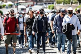 """i primi gruppi di manifestanti per il sit-in indetto da Forza Nuova e dal gruppo """"I ragazzi d'Italia"""" arrivano al Circo Massimo, Roma, 6 giugno 2020.    ANSA/GIUSEPPE LAMI"""