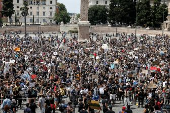 People attend a demonstration in memory of George Floyd in Piazza del Popolo, Rome, Italy, 07 June 2020. The protesters gather to demonstrate in the wake of the death in police custody of George Floyd in the United States.  ANSA/ FABIO FRUSTACI