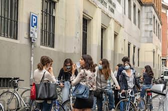 Milano, Fase 3 - Ultimo giorno di scuola al liceo Classico Giuseppe Parini, Via Goito 4. (Francesco Bozzo/Fotogramma, Milano - 2020-06-08) p.s. la foto e' utilizzabile nel rispetto del contesto in cui e' stata scattata, e senza intento diffamatorio del decoro delle persone rappresentate