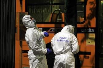 Agenti della polizia scientifica fanno dei rilievi sul posto dove un uomo è stato accoltellato su un autobus di linea a Milano 07 giugno 2020. ANSA / PAOLO SALMOIRAGO