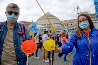 Maestri in piazza a Napoli per lo sciopero generale, nell'ultimo giorno di scuola, indetto dai sindacati per  la stabilizzazione dei precari. I manifestanti, facendo riferimento ad una presunta gaffe della  ministra dell'Istruzione, Lucia Azzolina durate un suo intervento,  hanno portato degli imbuti   8 giugno 2020 ANSA / CIRO FUSCO