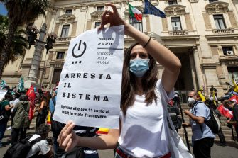 Un momento del flash mob dei docenti all'esterno della sede del Ministero dell'Istruzione, Roma, 8 giugno 2020. ANSA/MASSIMO PERCOSSI