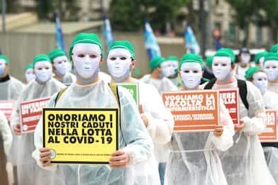 Coronavirus, Milano: protesta degli infermieri al Pirellone. FOTO