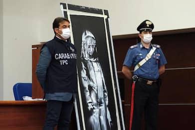 """Porta del Bataclan con l'opera di Banksy rubata per """"motivi economici"""""""
