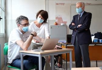 I componenti di una commissione d'esame al lavoro nel liceo scientifico statale Alessandro Volta di  Milano,  15 Giugno 2020.   ANSA / MATTEO BAZZI