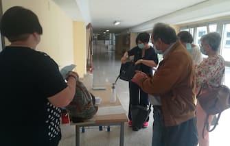 Docenti dell'istituto Amaldi di Roma si preparano per gli esami, 17 giugno 2020. ANSA