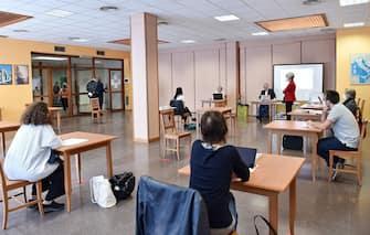 La prima studentessa che inizia il colloquio alla scuola Colombatto, Torino, 17 giugno 2020. ANSA/ ALESSANDRO DI MARCO