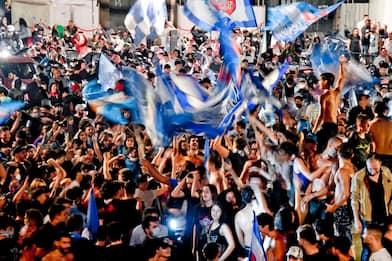 """Festeggiamenti a Napoli sono un caso. Guerra (Oms): """"Sciagurati"""". FOTO"""