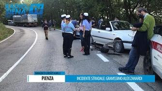 Una immagine gentilmente concessa  da Radio Siena TV mostra i soccorsi sul luogo dell'incidente che ha coinvolto Alex Zanardi. ANSA/Radio Siena TV EDITORIAL USE ONLY NO SALES