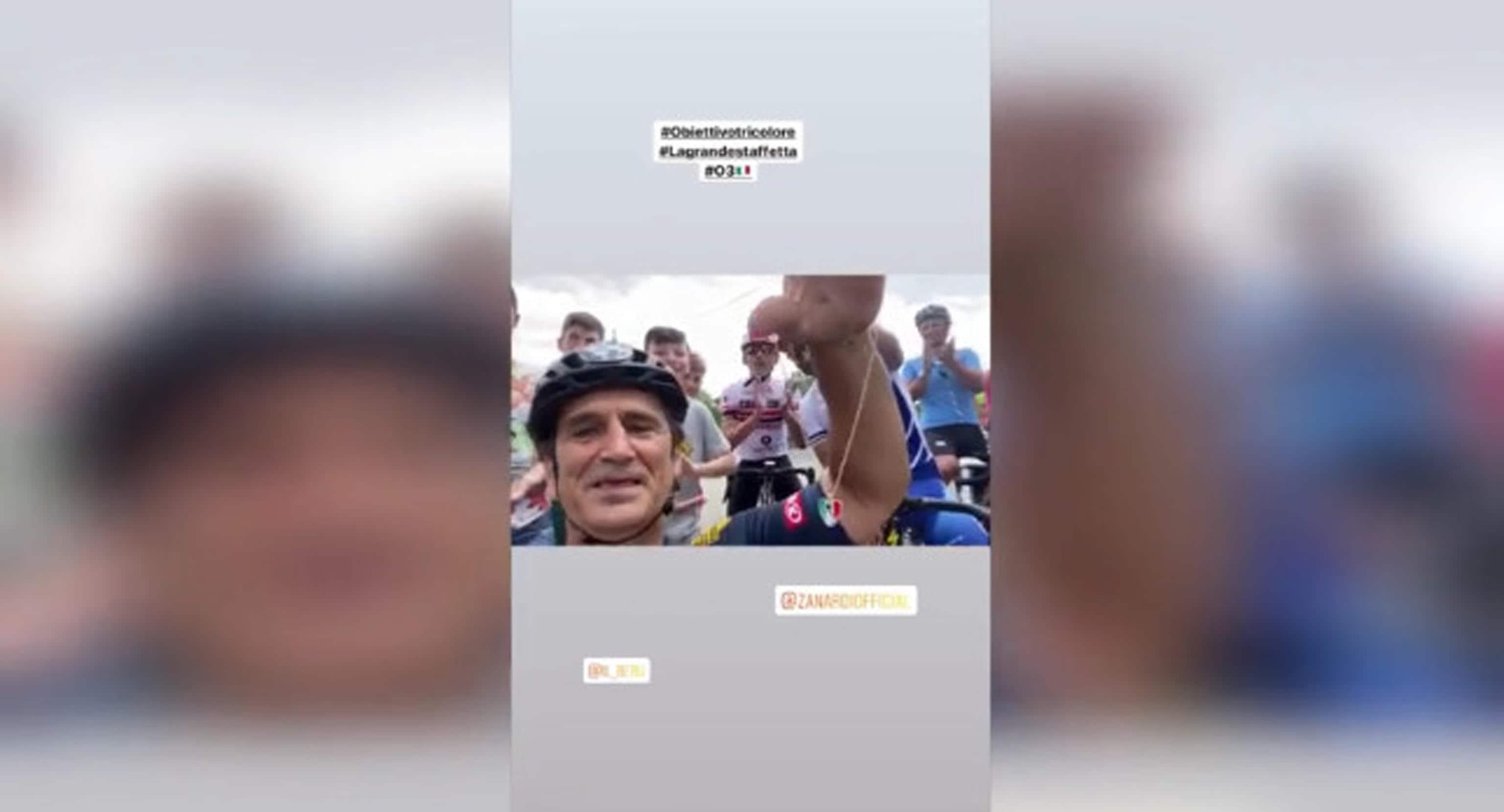 """Un post tratto dal profilo Instagram di Alex Zanardi:""""Siamo arrivati a Brolio"""": con un video postato su Instagram Alex Zanardi ha ringraziato gli abitanti della frazione di Castiglion Fiorentino, in provincia di Arezzo, tappa della sua Staffetta tricolore. """"Solo in Italia accadono certe cose"""", ha detto l'atleta paralimpico mostrando un ciondolo a forma di cuore con i colori dell'Italia, omaggio dei residenti che lo hanno accolto all'arrivo. Poco dopo il drammatico incidente vicino a Pienza. INSTAGRAM ALEX ZANARDI +++ATTENZIONE LA FOTO NON PUO' ESSERE PUBBLICATA O RIPRODOTTA SENZA L'AUTORIZZAZIONE DELLA FONTE DI ORIGINE CUI SI RINVIA+++"""