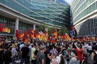 La manifestazione organizzata dai centri sociali sotto la sede della regione Lombardia per protestare contro la gestione sanitaria durante l'emergenza dovuta alla diffusione del Coronavirus, Milano, 20 giugno 2020. ANSA / MATTEO BAZZI