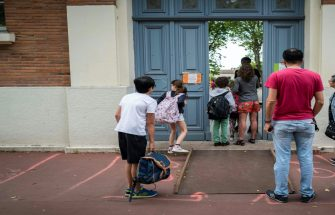 Parents and children arrive at the Jules Julien elementary school in Toulouse, southern France, on June 22, 2020 following the reopening of schools as France eases lockdown measures taken to curb the spread of the COVID-19 (the novel coronavirus). (Photo by Lionel BONAVENTURE / AFP) (Photo by LIONEL BONAVENTURE/AFP via Getty Images)