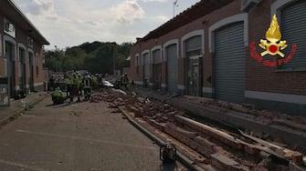 A causa del crollo del tetto di un edificio ad Albizzate (Varese), secondo quanto riferito dai vigili del fuoco, è morta una mamma e uno dei suoi bambini mentre un altro figlio è stato trasportato in ospedale in elicottero e versa in condizioni molto gravi, 24 giugno 2020. Sembra che la mamma e i due bambini si trovassero per strada e siano stati schiacciati dalle macerie. ANSA/VIGILI DEL FUOCO +++ ANSA PROVIDES ACCESS TO THIS HANDOUT PHOTO TO BE USED SOLELY TO ILLUSTRATE NEWS REPORTING OR COMMENTARY ON THE FACTS OR EVENTS DEPICTED IN THIS IMAGE; NO ARCHIVING; NO LICENSING +++