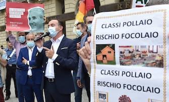 Alberto Cirio (C) , presidente della regione Piemonte, interviene alla manifestazione  Priorita  alla scuola  organizzata da genitori, insegnanti e studenti in piazza Castello, Torino, 25 giugno 2020 ANSA/ ALESSANDRO DI MARCO