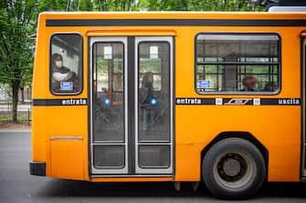 Milano - Preparazione alla fase due su Bus e Tram ATM. Passeggeri con mascherina su un Autobus (Marco Passaro/Fotogramma, Milano - 2020-04-27) p.s. la foto e' utilizzabile nel rispetto del contesto in cui e' stata scattata, e senza intento diffamatorio del decoro delle persone rappresentate