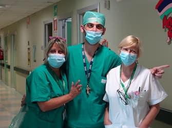 Il  personale del reparto di ginecologia e ostetricia dell'Ospedale di Cremona , 29 giugno 2020. Nell'arco di 24 ore, dalle 15 di venerdì alle 15 di sabato, all'ospedale Maggiore di Cremona sono nati 15 bambini, 10 femmine e 5 maschietti, compresi due gemelli. Un evento eccezionale che accade dopo i giorni bui dell'emergenza Coronavirus che la struttura ha dovuto affrontare da fine febbraio. ANSA/OSPEDALE CREMONA EDITORIAL USE ONLY NO SALES