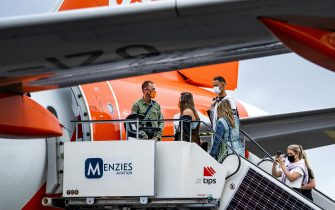 Passengers board on Easyjet airplane at the Amsterdam-Schiphol Airport, The Netherlands, on  July 1, 2020. - EasyJet airlines resume flights to and from Amsterdam-Schiphol Airport after a period of no flying due to the coronavirus. (Photo by Remko DE WAAL / ANP / AFP) / Netherlands OUT (Photo by REMKO DE WAAL/ANP/AFP via Getty Images)
