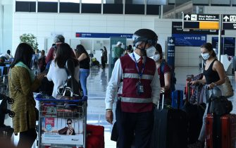 """(200603) -- ROME, June 3, 2020 (Xinhua) -- An airport employee wearing a """"smart-helmet"""" portable thermal scanner checks the temperature of passengers at the Fiumicino airport in Rome, Italy, June 3, 2020.  Italy's active infections of coronavirus fell below 40,000 for the first time since March 20 on Tuesday, just a day before the lifting of movement restrictions between Italian regions, figures of the Civil Protection Department showed.   Starting on Wednesday, Italy will open its borders without restriction to travelers from the other 25 Schengen countries, including the countries with high infection rates. (Photo by Alberto Lingria/Xinhua) -  -//CHINENOUVELLE_XxjpbeE007007_20200604_PEPFN0A001/2006031822/Credit:CHINE NOUVELLE/SIPA/2006031824 (CHINE NOUVELLE/SIPA / IPA/Fotogramma, Rome - 2020-06-03) p.s. la foto e' utilizzabile nel rispetto del contesto in cui e' stata scattata, e senza intento diffamatorio del decoro delle persone rappresentate"""