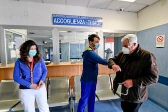 Saluta con il gomito gli infermieri del triage   Carmine Silvestri, 70 anni, ex caposala in pensione da 5 anni  dell'ospedale infettivologico Cotugno di Napoli , chiamato a sovrintendere al personale infermieristico del Loreto Mare, trasformato in ospedale per il covid 19, 18 marzo 2020ANSA/  CIRO FUSCO