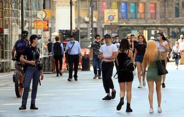 Agenti della Polizia controllano cittadini che non indossano le mascherine o lo fanno in maniera  impropria, Milano 21 maggio 2020 ANSA  / PAOLO SALMORAGO