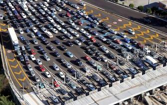 ©Vincenzo Coraggio / LaPresse22-08-2004  RomaInterniA bordo dell'elicottero della Polizia di Stato per monitorare il traffico sulle autostrade intorno a RomaNella foto : traffico sostenuto al casello di Roma sud