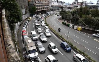 Lunghe code e traffico paralizzato a Genova a causa della chiusura del tratto autostradale tra Genova Aeroporto e Genova Pra', in una foto d'archivio del 12 giugno 2020. ANSA/LUCA ZENNARO