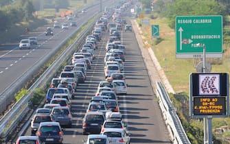 Automobili in colonna per 15 chilometri nel tratto Sala consilina - Padula sulla A3 Salerno - Reggio Calabria, 7 agosto 2010. ANSA /PASQUALE STANZIONE
