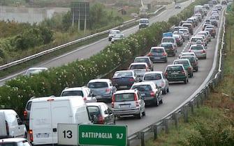 Traffico bloccato nel tratto Salerno Battipaglia , autostada A3  per l' esodo di Ferragosto 2006.    PASQUALE STANZIONE/ANSA