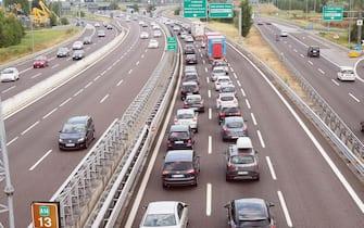 Traffico intenso nel tratto bolognese della A14 adriatica, Bologna, 31 luglio 2016. ANSA/ GIORGIO BENVENUTI