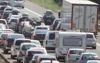 Auto incolonnate sull'autostrada A14 nei pressi di Bologna. Traffico intenso sulle autostrade dell'Emilia-Romagna che portano alla riviera adriatica. Lapolizia stradale segnala code a tratti da Reggio Emilia a Riccione, in pratica su oltre 150 chilometri sull'A1 e sull'A14.STR-BENVENUTI