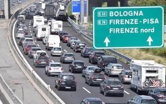 Code e traffico intenso nel tratto autostradale A1 Firenze Sud, Pian del Voglio, 19 agosto 2017. ANSA/ MAURIZIO DEGL INNOCENTI