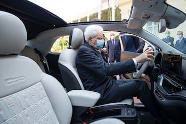 Il presidente della Repubblica Sergio Mattarella in occasione della presentazione della nuova vettura  Fiat 500  elettrica, Roma, 3 luglio 2020. ANSA/ UFFICIO STAMPA QUIRINALE/ FRANCESCO AMMENDOLA +++ ANSA PROVIDES ACCESS TO THIS HANDOUT PHOTO TO BE USED SOLELY TO ILLUSTRATE NEWS REPORTING OR COMMENTARY ON THE FACTS OR EVENTS DEPICTED IN THIS IMAGE; NO ARCHIVING; NO LICENSING +++