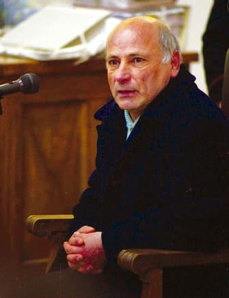 20041124 - CRO - CAGLIARI - CIAMPI CONCEDE LA GRAZIA A GRAZIANO MESINA - Una foto di archivio mostra il bandito sardo Graziano Mesina durante la sua deposizione al processo per il  sequestro del piccolo Farouk Kassam.  Sessantadue anni, di Orgosolo, Mesina ha trascorso circa 40 anni in carcere per il cosiddetto meccanismo del cumulo delle pene. Oggi il presidente della Repubblica, Carlo Azeglio Ciampi, ha firmato il provvedimento di grazia nei suoi confronti. ANTONELLO ZAPPADU/ANSA/ KLD