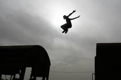 Trentino, ventenne muore facendo parkour sul tetto di un treno