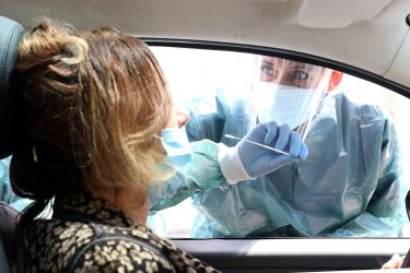 Personale medico dell'ospedale San Paolo di Milano effettua un tampone ad un paziente affetto da Covid19 e dimesso. L'esame viene effettuato all'esterno del nosocomio direttamente dall'auto paziente. Milano 29 Aprile 2020.ANSA / MATTEO BAZZI