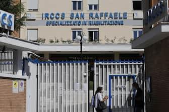 L'IRCCS San Raffaele alla Pisana dove gli accessi son controllati dall' esercito dopo che e' stata disposta la chiusura della struttura con cordone sanitario a seguito di casi positivi al COVID-19, Roma 6 giugno 2020. ANSA/FABIO FRUSTACI
