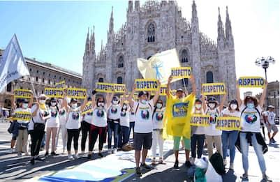 """Milano, infermieri protestano in piazza Duomo: """"Vogliamo rispetto"""""""