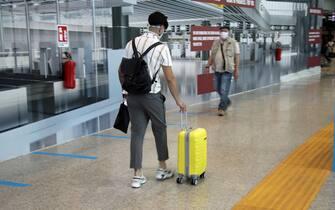 Enac:niente bagagli nelle cappelliere degli aerei. Nella foto viaggiatori con trolley in partenza dall'aeroporto di Fiumicino