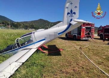 Elba, aereo da turismo sbaglia atterraggio e finisce fuori pista. FOTO