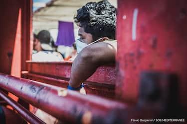 In una foto fornita dall' ufficio stampa di  Sos Mediterraneè, migranti sulla Ocean Viking, 4 luglio 2020. La nave si trova in acque internazionali con 180 migranti soccorsi e da giorni chiede di poter sbarcare. La nave ha dichiarato lo stato di emergenza a causa delle precarie condizioni delle persone salvate. Ansa/Flavio Gasperini ufficio stampa Sos Mediterraneè